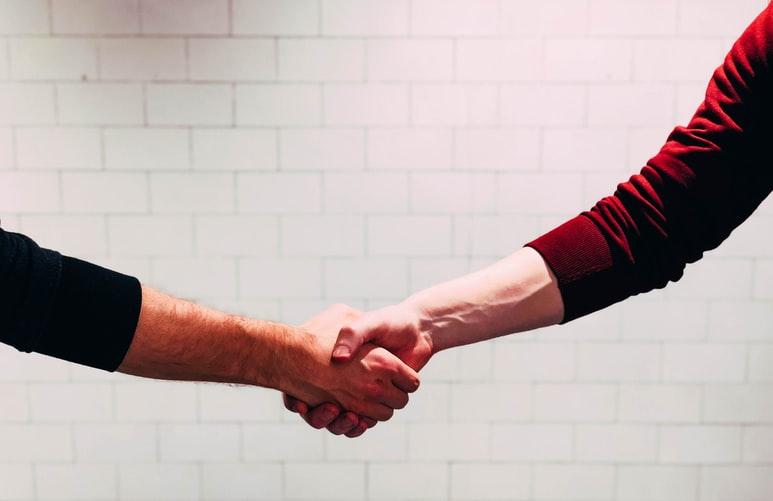 التصافح بثقة من خطوات اجتياز مقابلة العمل