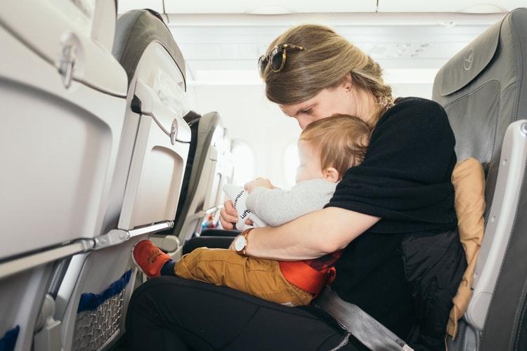 كيفية سفر الرضيع بالطائرة: 3 حالات يجب مرعاتها حتى لا يتعرض الطفل للخطر