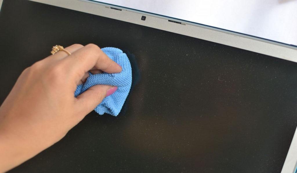 تنظيف شاشبة لاب توب بقطعة قماش مبللة