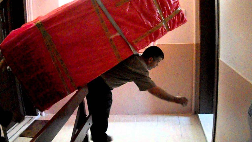 نصائح لحماية ظهرك عند حمل الأشياء الثقيلة