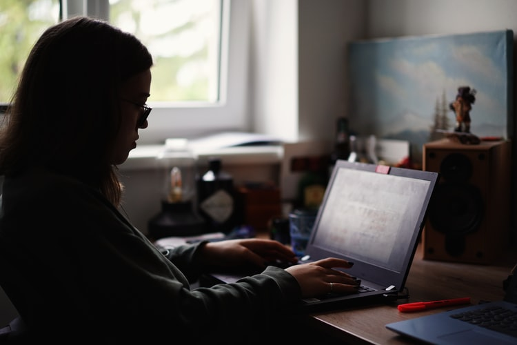 أفضل 3 برامج تقليل إضاءة شاشة الكمبيوتر 2021