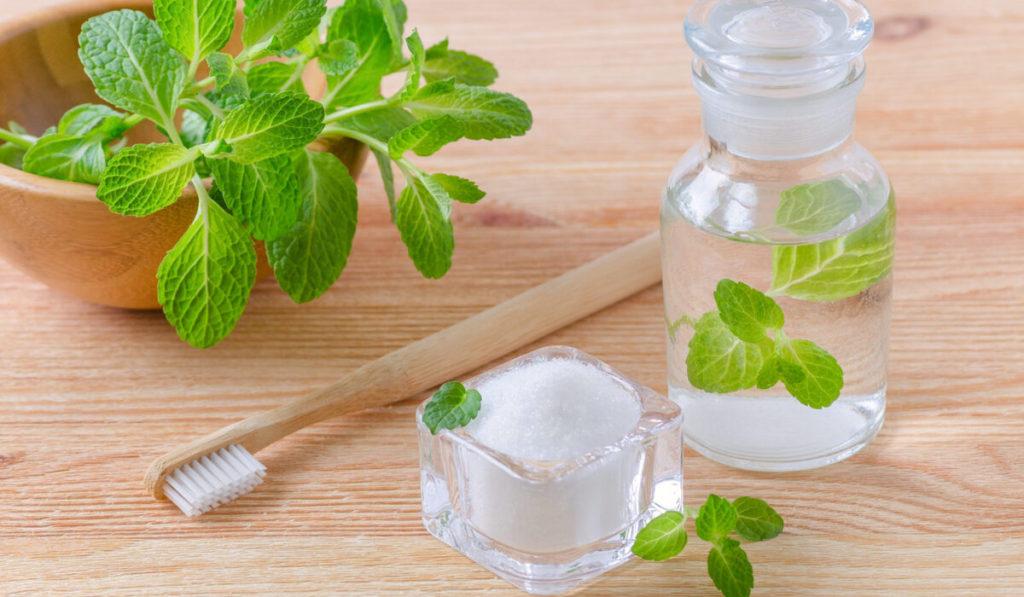 طرق التخلص من رائحة الفم الكريهة بالأعشاب