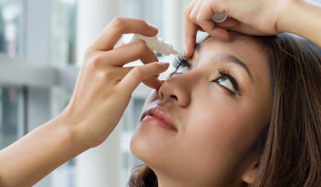 قواعد وضع قطرة العين بشكل صحيح