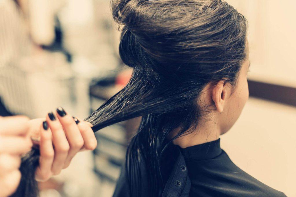 كيفية فرد الشعر بالنشا والماء للنساء؟