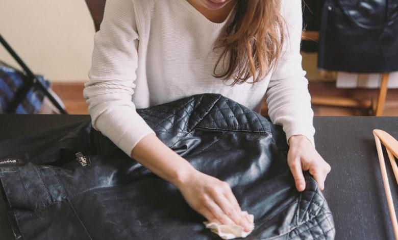 كيفية غسل الملابس الجلدية: 4 طرق للتخلص من رائحة العرق والبقع الصعبة