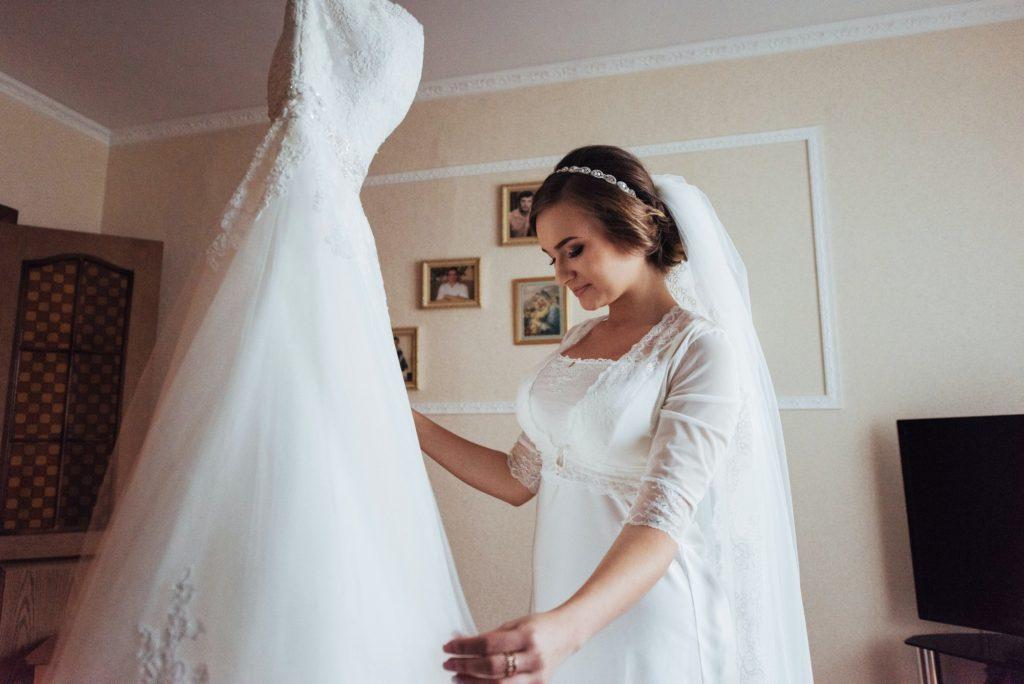 أسهل طريق تنظيف فستان الزفاف