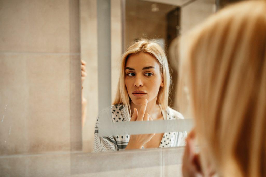 العادات الخاطئة التي تسبب تجاعيد الوجه المبكرة
