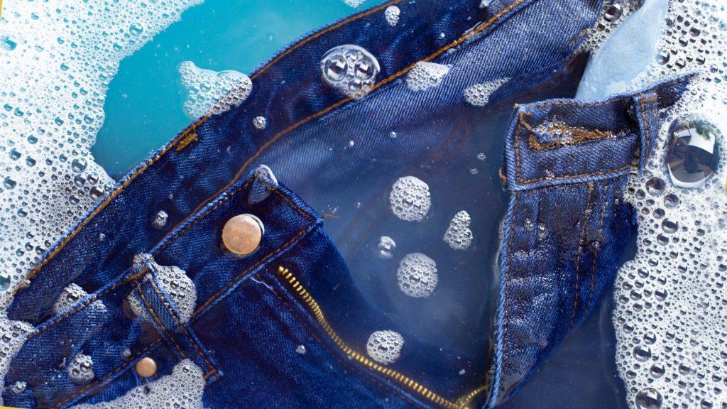 حيل غسل الملابس الجينز والحفاظ عليها