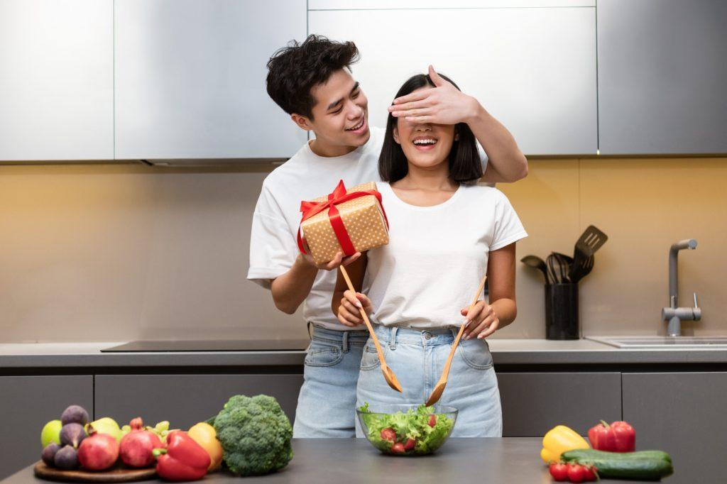 أفكار غير عادية لاختيار هدايا عيد الحب للزوجة