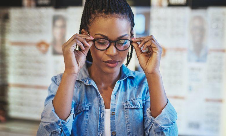 كيفية تجنب سلبيات النظارات الطبية؟ أهم 3 نصائح لابد من اتباعها