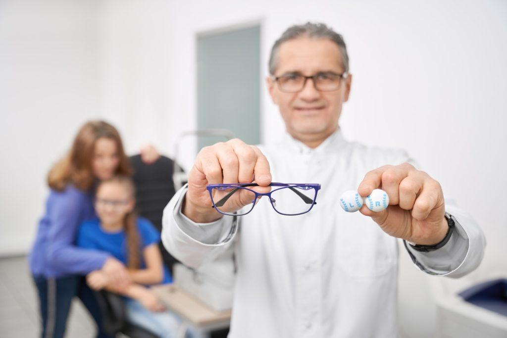 كيفية تنظيف عدسات النظارة في المنزل بكل سهولة؟
