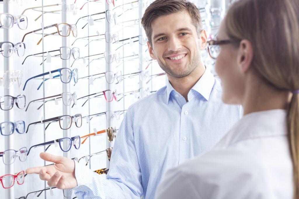 كيف تختار شكل النظارات الطبية الملائم لك ؟