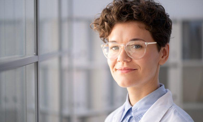 كيفية ارتداء النظارة الطبية الجديدة؟ 7 معايير هامة للتأقلم عليها