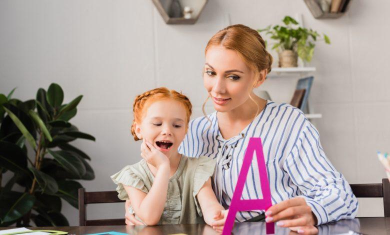 كيفية تعلم الحروف الهجائية للاطفال في 4 خطوات سهلة؟, عادة تحلم الأم أن يصبح ابنها متحدثًا وقادرًا على قراءة الحروف والكلمات بشكل صحيح في المراحل الأولى من حياته، ومن المعروف أن الطفل لا يستطيع تعلم القراءة قبل الأربع سنوات الأولى من حياته.