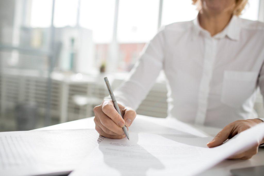 خطوات تعلم التوقيع على الورق بشكل الصحيح لمنع انتحال الهوية؟