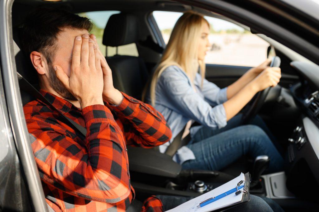 عادات خاطئة أثناء القيادة