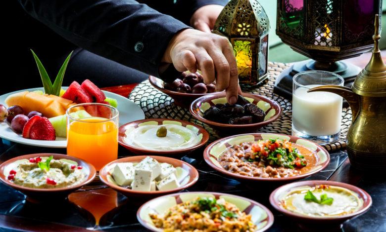 كيفية اختيار أطعمة تمنع الجوع والعطش في رمضان 2021؟