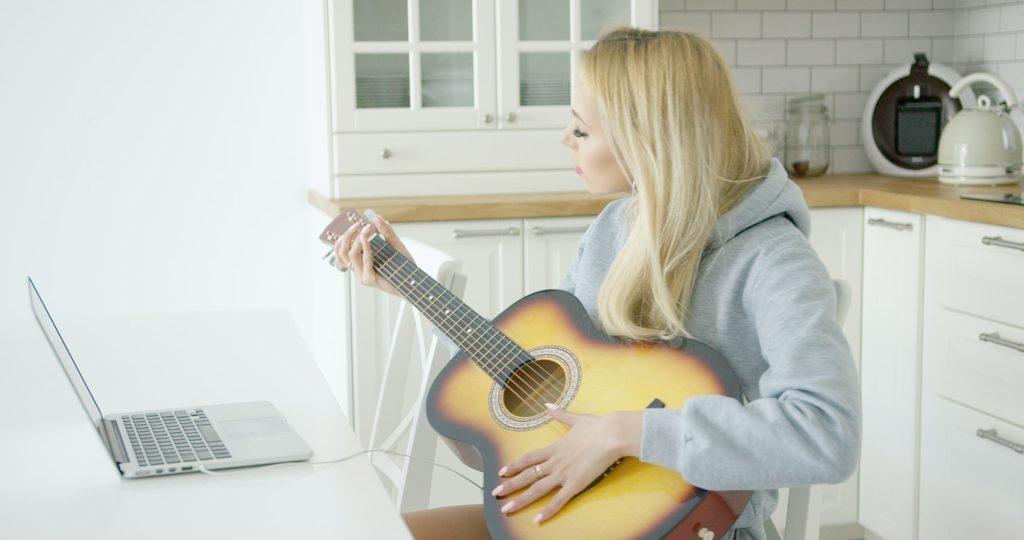 نصائح هامة ستجعلك الأفضل عند تعلم الجيتار بالمنزل