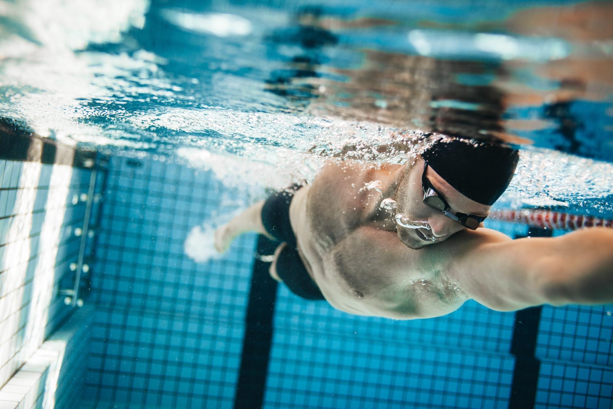 كيفية تعلم السباحة بدون مدرب