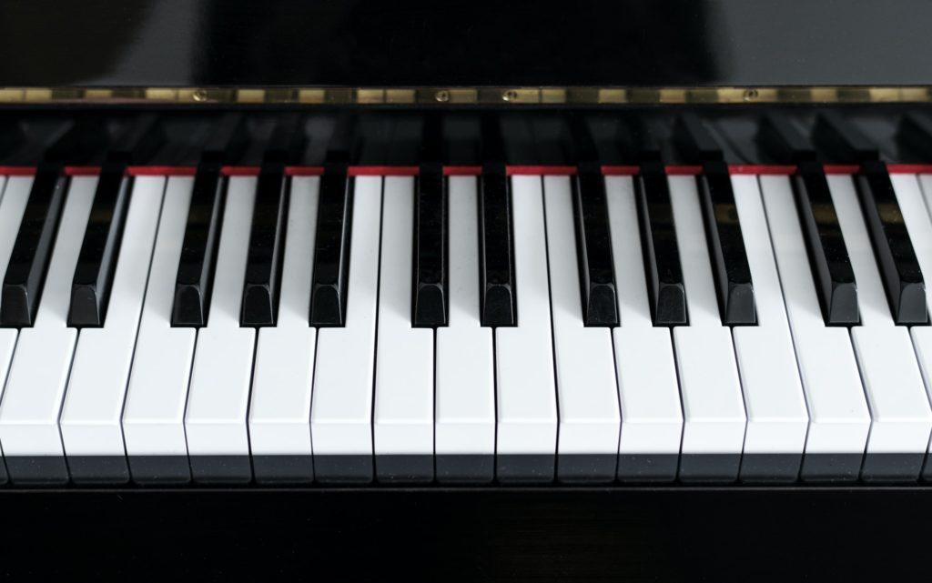 هل العزف على البيانو سهل للمبتدئين؟