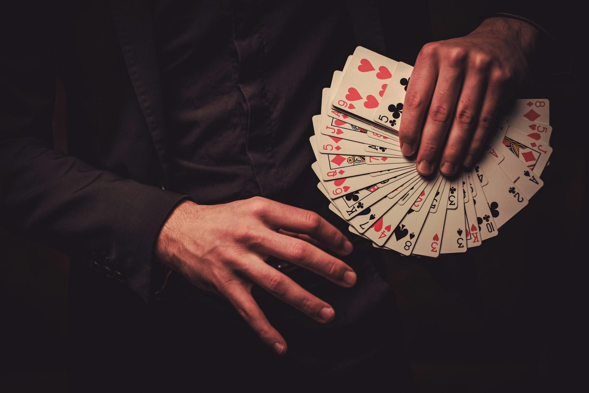 كيفية تعلم خدع الورق