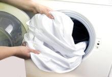 كيفية إزالة البقع من الملابس البيضاء بـ 6 حيل ستعيدها جديدة