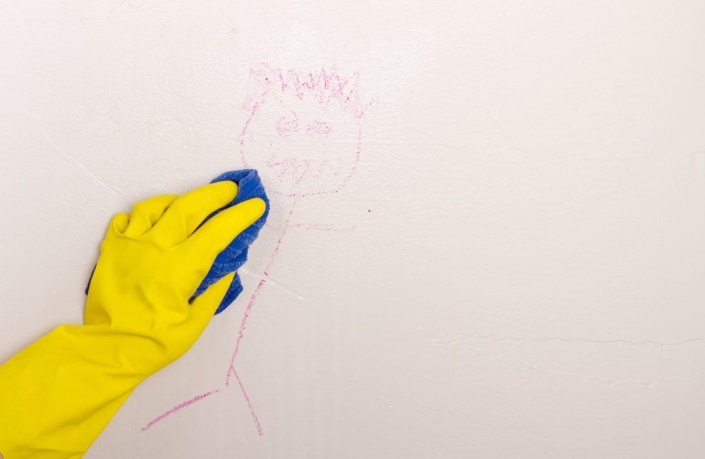 ما هي طرق تنظيف الجدران من بقع الحبر؟