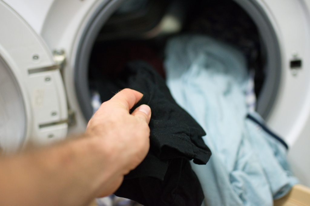 كيفية العناية بالملابس الجينز من البهتان أثناء الغسيل؟